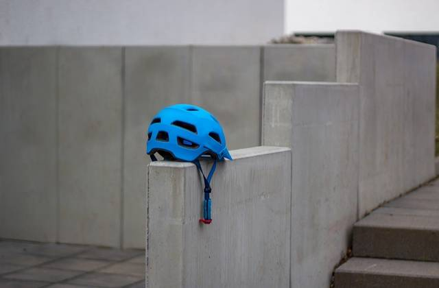 kask rowerowy niebieski